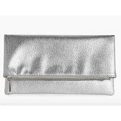 pochette de soiree gris metallise argent pour la paris fashion week
