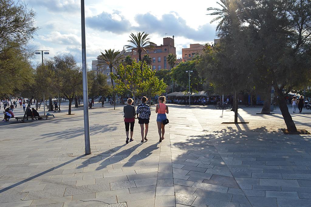 femmes marchant sur la promenade de la plage de barceloneta