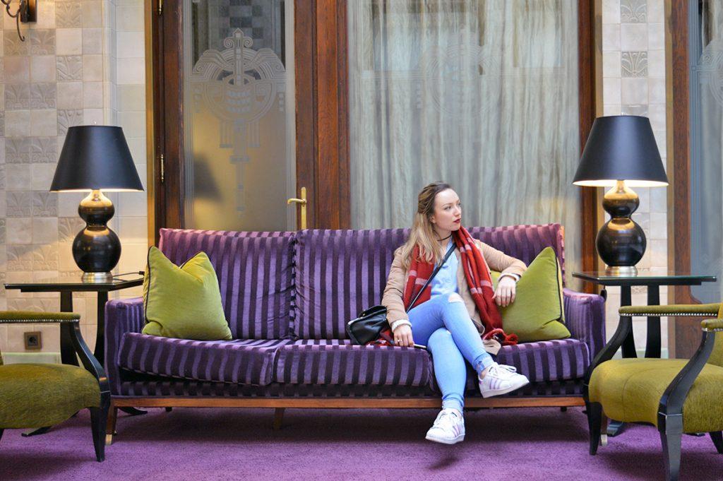 celia dans le canape du hall du four seasons hotel a budapest en hongrie