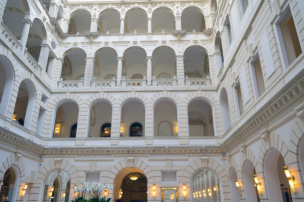 hall de l'hotel boscolo autograph collection a budapest en hongrie